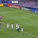 Messi buộc giày trong lúc Suarez đá phạt đền