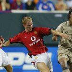 Scholes: 'Cầu thủ Man Utd từng đá chết bỏ Ronaldinho'