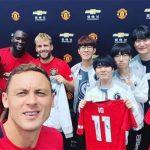 """Các tuyển thủ Invitus Gaming """"chạm mặt"""" các cầu thủ của Manchester United"""