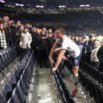 Cầu thủ Tottenham ẩu đả với CĐV
