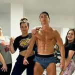 Ronaldo khoe cơ sáu múi lúc cách ly