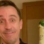 Neville bật champagne mừng thất bại của Liverpool