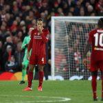 Cầu thủ Liverpool cúi đầu ở Anfield