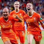 De Boer: 'Trả lương cầu thủ nữ ngang nam là kỳ cục'