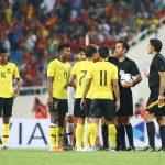 Cầu thủ Malaysia quây trọng tài sau khi thua Việt Nam