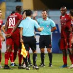 Cầu thủ TP HCM quây trọng tài sau bàn thua tranh cãi