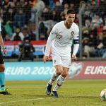 Ronaldo than khổ vì mặt sân như ruộng khoai tây