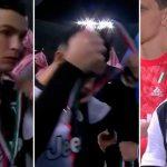 Ronaldo tháo huy chương ngay sau khi nhận