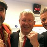 Ferguson và Cantona vào phòng thay đồ chia vui với Solskjaer