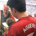 CĐV mặc áo Man Utd ghi tên Aguero ở Old Trafford