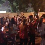 Khách Việt ở Dubai múa hát sau trận thua của đội nhà