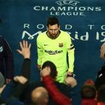 Messi bị bỏ lại sân Anfield sau trận thua Liverpool