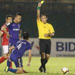 Trọng tài quên rút thẻ đỏ ở V-League bị treo còi vô thời hạn