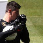 Courtois hôn áo Real, chiêu dụ Hazard rời Chelsea