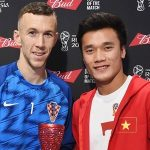 Bùi Tiến Dũng trao giải 'Cầu thủ hay nhất' trận Anh - Croatia
