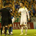 Cầu thủ SLNA phản ứng trọng tài khi mất điểm ở Quảng Ninh