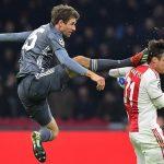 Muller xin lỗi vì cú đạp vào đầu hậu vệ Ajax
