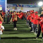Tình nguyện viên UAE xếp hàng, chúc mừng CĐV Việt Nam