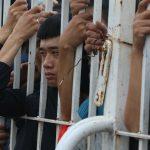 CĐV thức đêm, bám rào để mua vé trận Việt Nam - Malaysia
