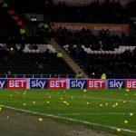CĐV ném hàng trăm quả bóng vào sân