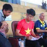 Khán giả Huế chen nhau xin chữ ký tuyển thủ U23 Việt Nam
