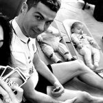 Ronaldo thảnh thơi chơi game trước đại chiến với PSG
