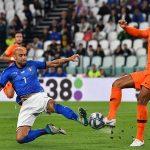 Hà Lan thoát thua trước 10 người Italy vào phút cuối