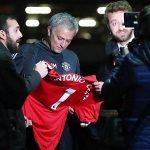 Mourinho bị lừa ký vào áo có tên Conte