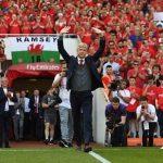 Wenger hứa trở lại để cổ vũ Arsenal và la ó HLV kế nhiệm