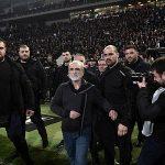 Ông chủ đội bóng Hy Lạp mang súng xuống sân nói chuyện với trọng tài