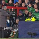 Mourinho có thể bị phạt vì đá chai nước vào CĐV đối phương