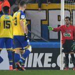 Hậu vệ Dani Alves đóng vai thủ môn sau khi Trapp nhận thẻ đỏ