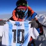 Người leo núi mang áo Messi lên đỉnh Everest