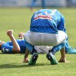 Napoli 'tự bắn vào chân', Juventus chạm một tay vào scudetto