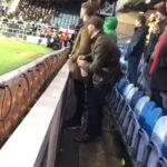 Khán giả bị bắt vì tiểu tiện vào chai nước của thủ môn