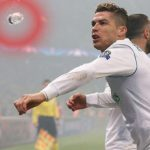 CĐV của PSG ném chai nước sượt qua Ronaldo