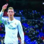 Ronaldo lắc đầu, chế giễu khán giả chê Benzema