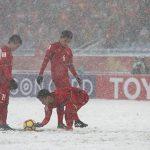 Đồng đội cào tuyết cho Quang Hải sút phạt ghi bàn