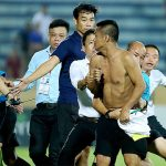 CĐV Nam Định lao xuống sân, đuổi đánh trọng tài