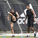Bale khoe cơ chân cuồn cuộn trên sân tập Real
