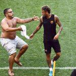 CĐV đại náo sân tập của Barca vì Neymar và Messi