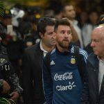 Cảnh sát vũ trang hộ tống Messi và đồng đội tại Ecuador