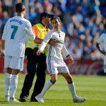 CĐV đóng giả Ronaldo, xông vào giữa trận đấu của Real