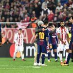 CĐV chạy vào sân xin chụp ảnh với Messi