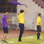 HLV cởi áo ăn mừng trong trận derby Sài Gòn
