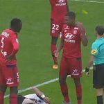 Hậu vệ Lyon bị đuổi khỏi sân vì hất thẻ khỏi tay trọng tài