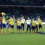 Cầu thủ Thụy Điển xô đổ bàn bình luận khi mừng vé dự World Cup