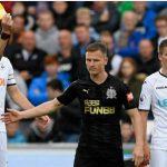 Cầu thủ đạp vào mặt đối phương chỉ nhận thẻ vàng ở Ngoại hạng Anh