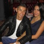 Ronaldo đưa bạn gái tới nhà hàng sau khi giải cơn khát bàn thắng