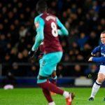 Rooney ghi bàn từ giữa sân, lập hat-trick đầu tiên cho Everton